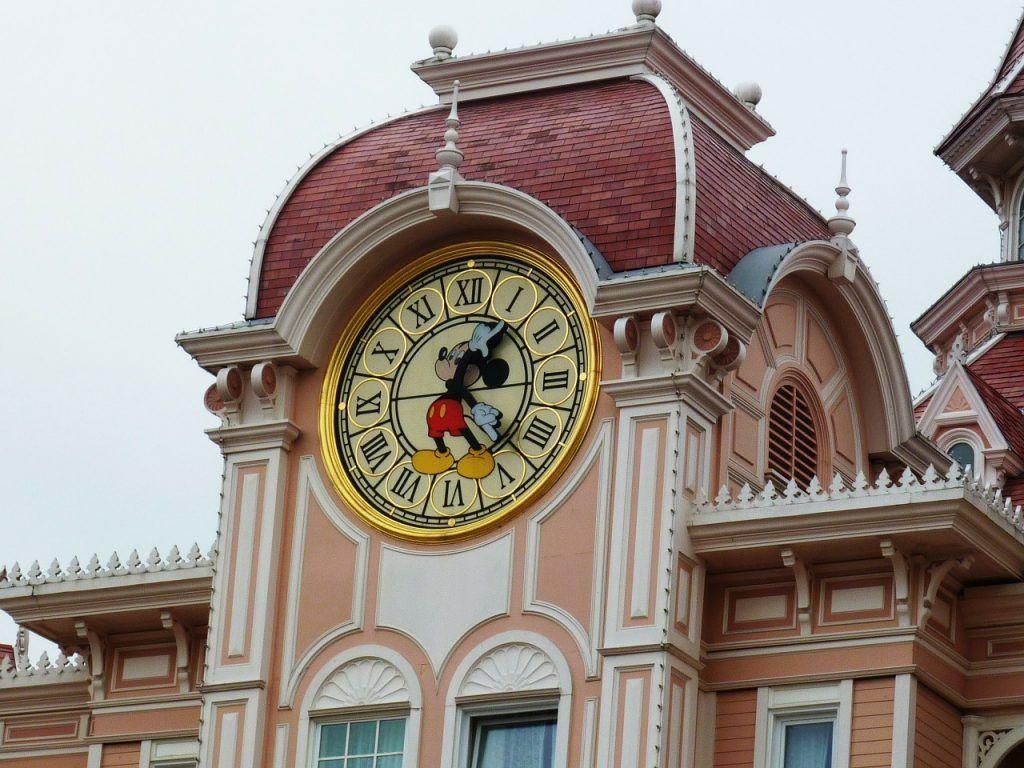 visitar el parque de atracciones Disneyland Paris.
