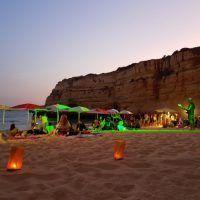 Barbacoa a la puesta de sol en una playa secreta
